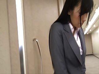उसकी स्कर्ट के नीचे छिपा थरथानेवाला के साथ जापानी राजभाषा