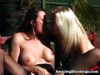 सेक्सी मोज़ा और garters बाहर बनाने में दो Milfs