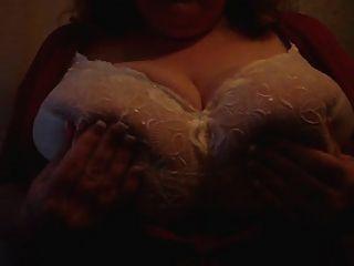 बीबीडब्ल्यू उसके स्तनों के साथ खेल रहा है