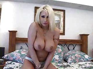 बड़े स्तन के साथ सुंदर सुनहरे बालों वाली लड़की