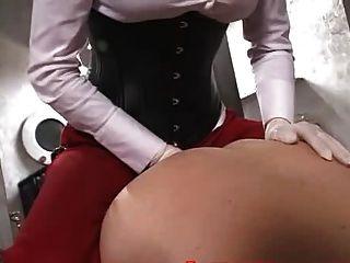 सुंदर मालकिन एक strapon के साथ एक गुलाम fucks