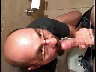 टॉयलेट बड़ा डिक चूसना