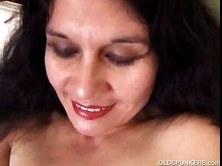 मसालेदार परिपक्व लैटिना शौकिया उसे सेक्सी शरीर को दिखाने के लिए प्यार करता है