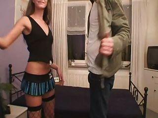 वेश्या उसके स्थान पर उसे सेवा प्रदान करता है