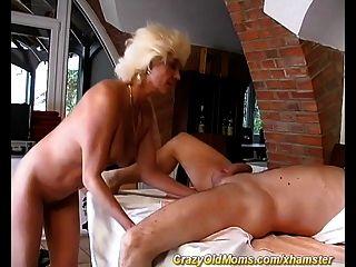 मेरी माँ पहली बार गुदा सेक्स
