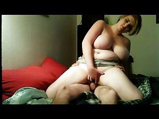 उसके प्रेमी के साथ बीबीडब्ल्यू बिस्तर पर fucks