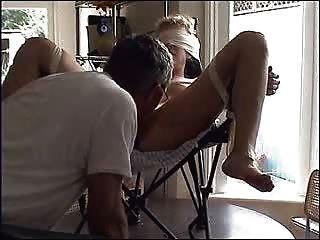 कुर्सी में कुतिया बंधे