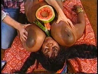 एक्स्ट्रा बड़ा काला स्तन
