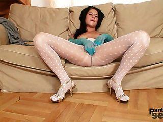 सफेद नायलॉन pantyhose में लवली बेब गंदा हो जाता है