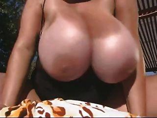 यहां परिपक्व तेल भारी स्तन पूल द्वारा