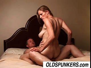 Slutty परिपक्व लड़की टी जे एक भाग्यशाली आदमी बकवास करने के लिए प्यार करता है