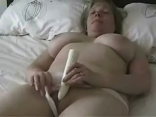 बड़े titted परिपक्व माँ एक dildo के साथ हस्तमैथुन