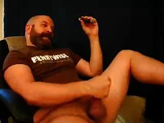 भालू के पिता एक सिगार सही तरीके से आनंद मिलता है