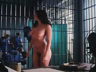 महिलाओं को जेल में पट्टी