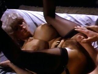 अच्छा स्तन के साथ गर्म परिपक्व जॉन होम्स और अपने महान मुर्गा द्वारा गड़बड़ हो जाता है