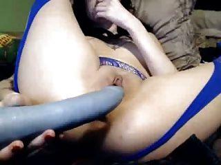 कामुक पतली लड़की उसके खिलौनों के साथ उसे छेद fucks