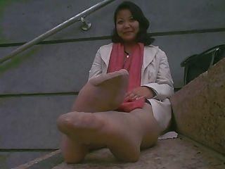 काम करने के बाद एशियाई परिपक्व बदबूदार पैर