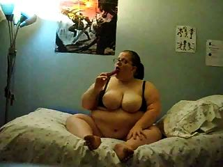 वसा लड़की बिस्तर पर masturbating