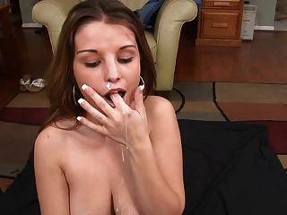 नाइस शौकिया blowjob और उसके मुँह में सह