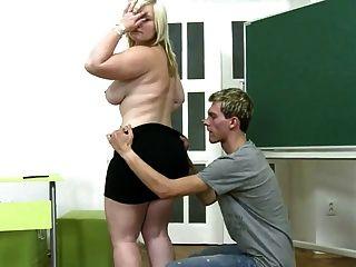 युवा लड़का कालीन पर मटोल लड़की