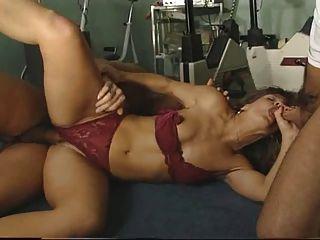 सेक्सी प्रशिक्षक जिम में दो लोगों द्वारा गड़बड़