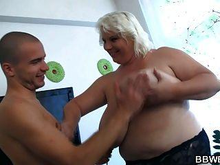 विशाल महिला स्ट्रिप्स और fucks भाग्यशाली आदमी