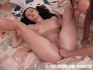सेक्सी किशोरों केवल उसे तंग पिछवाड़े में मुट्ठी चाहता है
