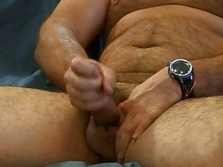 बड़े भालू उसकी कुक 2 के साथ खेलता है