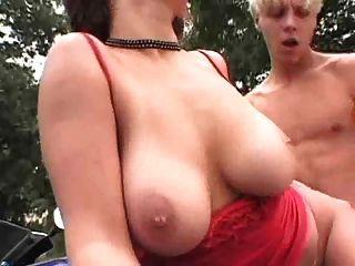 बिग Titty सहयात्री एक सवारी के लिए सेक्स ट्रेडों