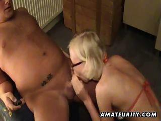 गोरा शौकिया प्रेमिका खिलौने अपने गधे और सिर देता है