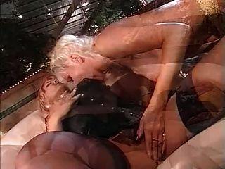 दो परिपक्व महिलाओं और डिल्डो