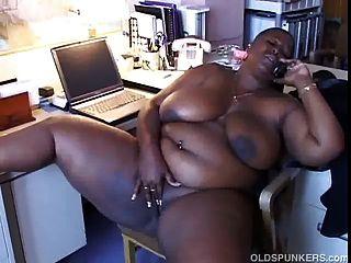 भारी स्तन के साथ बिग सुंदर काली लड़की बात करने के लिए प्यार करता है