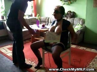 परिपक्व एमआईएलए गुलाम नकाबपोश आदमी द्वारा अत्याचार किया जा रहा