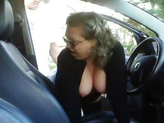 अपनी कार में एक लड़के कमबख्त परिपक्व महिला