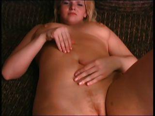 गोरा BBW पूर्व प्रेमिका स्तन और बिल्ली के साथ खेल