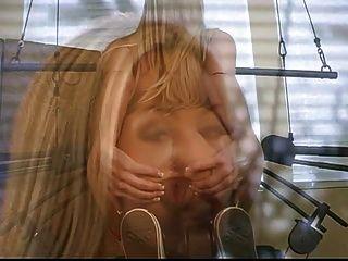 सेक्सी गोरा फूहड़ जिम में स्ट्रिप्स उसे अभ्यास कर रही है जबकि