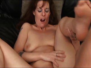 सेक्सी परिपक्व masturbates और गड़बड़ हो गया
