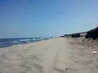 सैंड्रा समुद्र तट पर प्रेमी उड़ाने