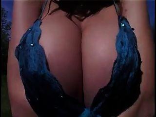 पोशाक में सॉटकोर बड़े स्तन