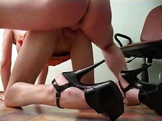 सेक्सी पैरों के साथ सचिव एक creampie हो जाता है