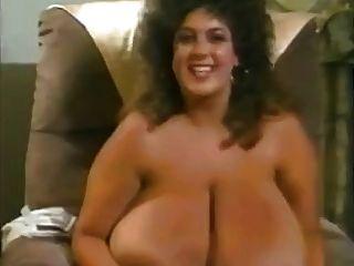 बड़े areolas के साथ विशाल मेगा स्तन के साथ रेट्रो माँ