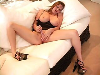 बड़े स्तन और अच्छा गधे के साथ महिला एकल में 4 बार चला जाता है।