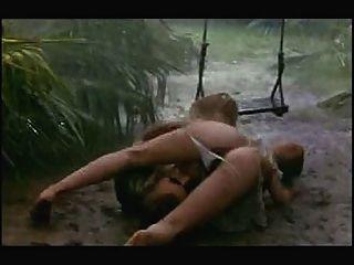 बारिश और कीचड़ में सेक्स दृश्य