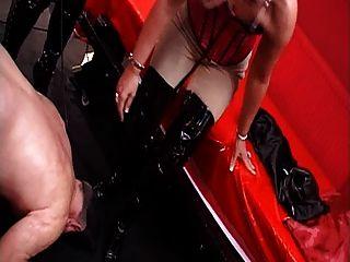 mistresses उनके जूते की पूजा करने के