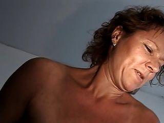 छोटे saggy स्तन के साथ परिपक्व
