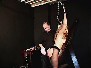एक काले रंग की पोशाक और नाइलन में छोटे स्तन आकर्षक बाध्य और छेड़ा