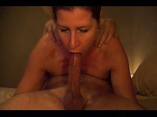 पत्नी एक अद्भुत deepthroat blowjob देता है