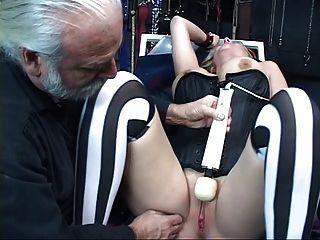 सेक्सी, सुडौल गोरा बाध्य हो जाता है उसे बिल्ली toyed गया है