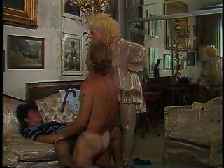 पुरुष गर्म गोरा और घर में रेट्रो श्यामला अभ्यास