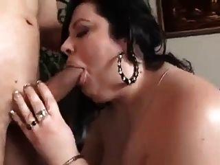 बीबीडब्ल्यू महिला को बेकार है और रहने वाले कमरे में fucks